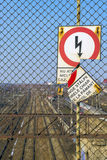Signe cassé roumain montrant le risque de décharge électrique Image stock