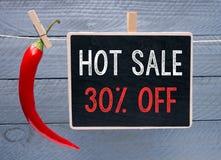 Signe chaud conceptuel de vente avec un poivre de piment rouge Photographie stock