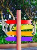 Signe coloré avec des flèches sur un poteau en bois images libres de droits