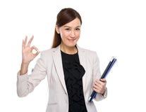 Signe correct de presse-papiers et d'ordinateur portable de prise de femme d'affaires Photographie stock