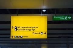 Signe d'aéroport aux portes et aux toilettes de départ Photos stock
