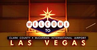 Signe d'aéroport de Las Vegas la nuit Photographie stock libre de droits