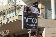 Signe d'affichage de boutique et affiche de toile sur la bande dans Albuferia Portugal photographie stock libre de droits