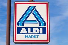 Signe d'Aldi contre le ciel bleu Photographie stock