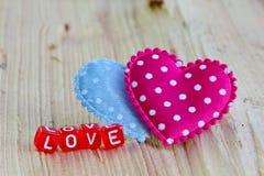 Signe d'amour avec le coeur sur le bois Photographie stock libre de droits