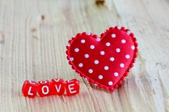 Signe d'amour avec le coeur sur le bois Photo stock