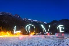 Signe d'amour sous des montagnes de Tatra la nuit Photos stock
