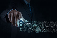Signe d'ampoule de contact de main d'homme d'affaires et stratégie commerciale Photographie stock libre de droits