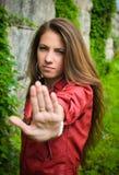 Signe d'arrêt d'apparence de jeune fille Photographie stock libre de droits