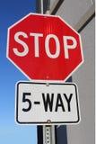 Signe d'arrêt de cinq manières près du bâtiment Images libres de droits