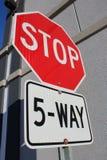 Signe d'arrêt de cinq manières près du bâtiment Photos stock