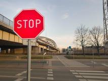 Signe d'arrêt devant le croisement de route photographie stock libre de droits