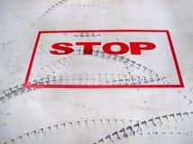 Signe d'arrêt et trace de pneu. Photo libre de droits