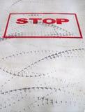 Signe d'arrêt et trace de pneu. Images libres de droits