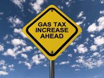 Signe d'augmentation de taxe sur l'essence en avant Image libre de droits