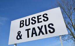 Signe d'autobus et de taxis. Photographie stock