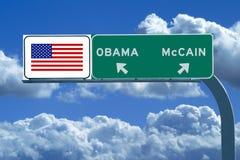 Signe d'autoroute avec l'indicateur américain et l'Obama, McCain Images stock
