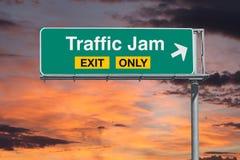 Signe d'autoroute de sortie d'embouteillage seulement avec le ciel de lever de soleil Photographie stock libre de droits