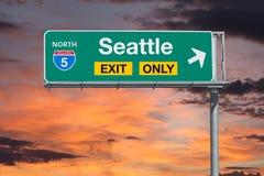Signe d'autoroute de sortie de Seattle seulement avec le ciel de lever de soleil Photo stock