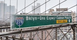 Signe d'autoroute urbaine de la Reine de Brooklyn Image stock