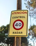 Signe d'avertissement de vitesse du trafic pour le contrôle de radar Photo stock