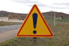 Signe d'exclamation sur la route Image stock