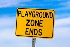 Signe d'extrémité de zone de terrain de jeu contre le ciel nuageux bleu Image libre de droits