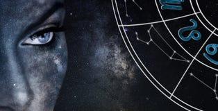 Signe d'horoscope de Lion Fond de ciel nocturne de femmes d'astrologie images libres de droits