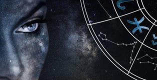 Signe d'horoscope de Poissons Fond de ciel nocturne de femmes d'astrologie photos stock