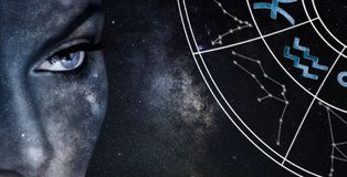 Signe d'horoscope de Verseau Fond de ciel nocturne de femmes d'astrologie images libres de droits