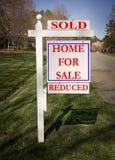 Signe d'immeubles avec vendu et réduit photographie stock libre de droits