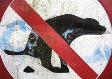 Signe d'interdiction pour des chiens déféquant dans certains secteurs images libres de droits