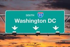 Signe d'un état à un autre de route de 95 sud de Washington DC avec le ciel de lever de soleil Photos stock