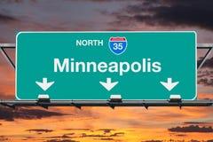 Signe d'un état à un autre de route du nord 35 de Minneapolis avec le ciel de lever de soleil Images stock