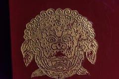 Signe d'un lion chinois sur une porte images libres de droits