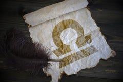 Signe de Balance du zodiaque sur le papier de vintage avec le vieux stylo sur le bureau en bois photo stock
