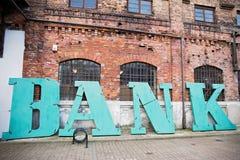 Signe de banque au fond un mur de briques Photographie stock libre de droits