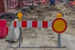 Signe de barrière de construction avec le voyant d'alarme jaune 2 Photo stock