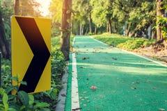 Signe de bicyclette de route en parc Images libres de droits
