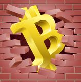 Signe de Bitcoin traversant le concept de mur Image libre de droits