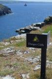 Signe de bord de falaise de danger Photographie stock libre de droits
