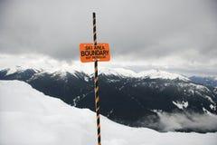 Signe de borne de journal de région de ski. images stock