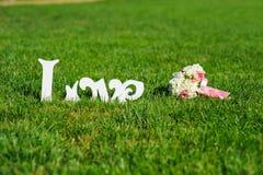 Signe de bouquet d'amour et de mariage sur une pelouse verte Photographie stock libre de droits
