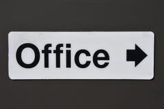 Signe de bureau avec la flèche directionnelle Images stock