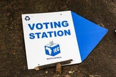 Signe de bureau de vote pour les élections nationales sud-africaines photographie stock libre de droits