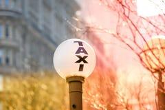 Signe de cabine de New York City au temps de coucher du soleil Image libre de droits