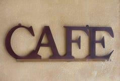 Signe de café en métal de Brown contre un mur texturisé Image libre de droits
