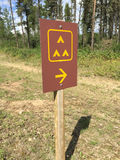 Signe de camping de groupe le long de côté une route Images stock