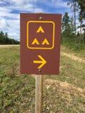 Signe de camping de groupe le long de côté une route Photo stock