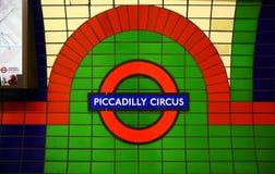 Signe de cirque de Piccadilly à Londres au fond Photos stock